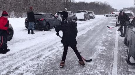 Как канадцы проводят время в пробке, пока дорога перекрыта...