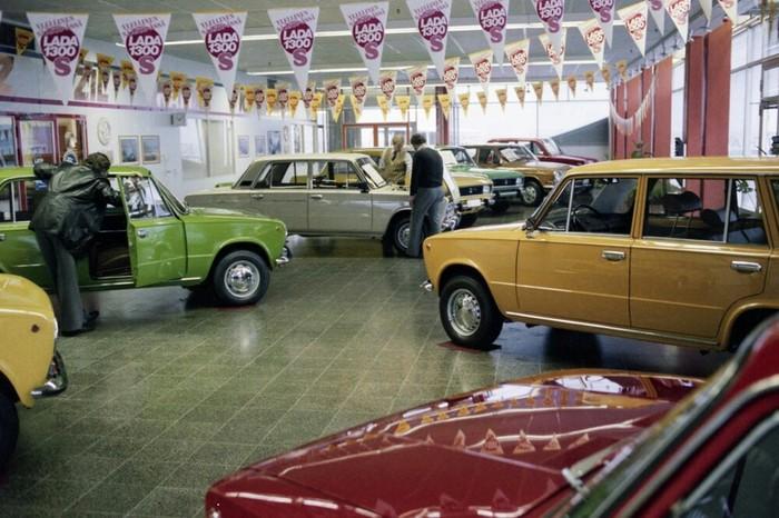 Автосалон в Хельсинки торгует советскими машинами, 1980 год
