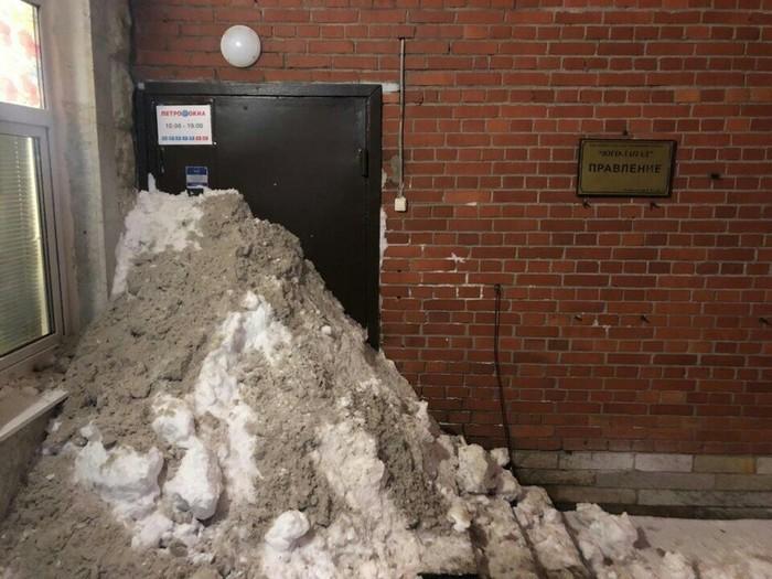 Жители Петербурга самостоятельно расчистили снег во дворе. Снег, Уборка снега, Санкт-Петербург, Лопата Беглова, Наказание, Тсж