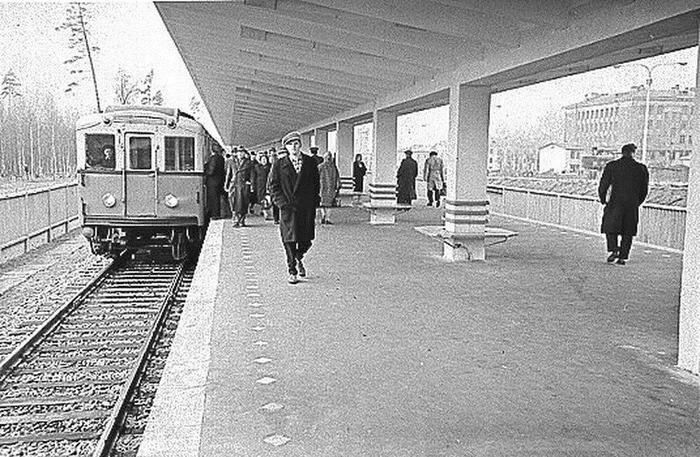 """Состав """"А"""" прибывает на станцию Измайловский Парк (ныне Измайловская) 1961 год"""