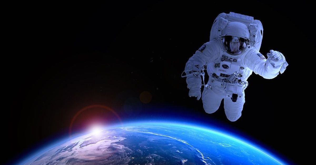 astronaut chilling in space - HD 2560×1440