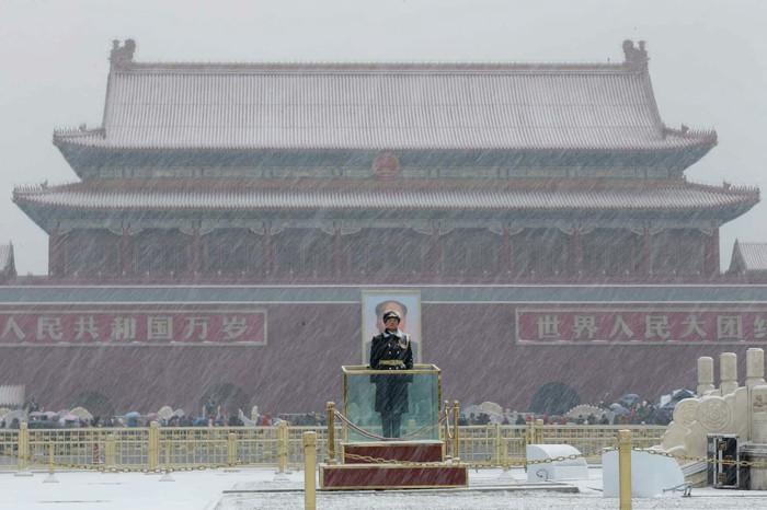 Китайский военный стоит в карауле на площади Тяньаньмэнь в Пекине