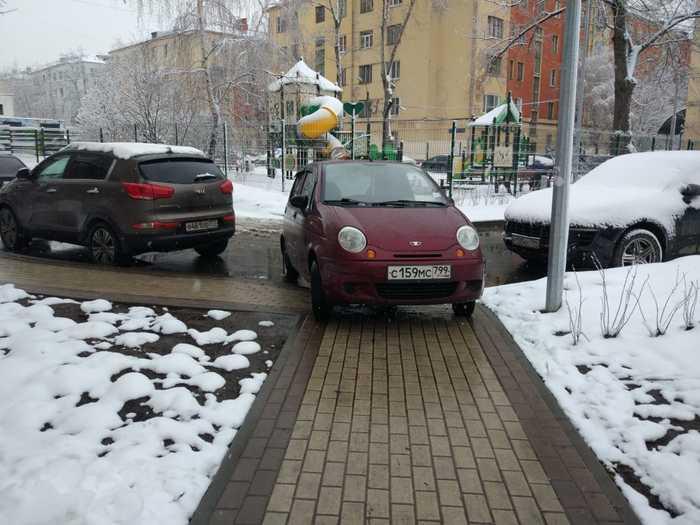 """Очередной """"мастер"""" парковки Неправильная парковка, Парковка на тротуаре"""