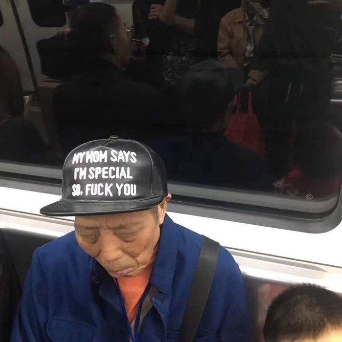Китайцы любят вещи с надписями на английском языке ... даже если они понятия не имеют, что там написано Китайцы, Надпись, Английский язык, Бейсболка, Метро, Понятия не имею, Fuck you, Мат