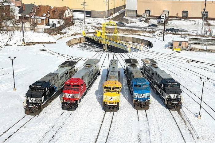 Североамериканские цветные локомотивы