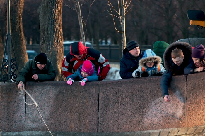 Мужик с магнитом, охотится на деньги, оставленые возле Чижика-Пыжика, Санкт-Петербург Санкт-Петербург, Чижик-Пыжик, Достопримечательности, Фотография, Уличное, Длиннопост
