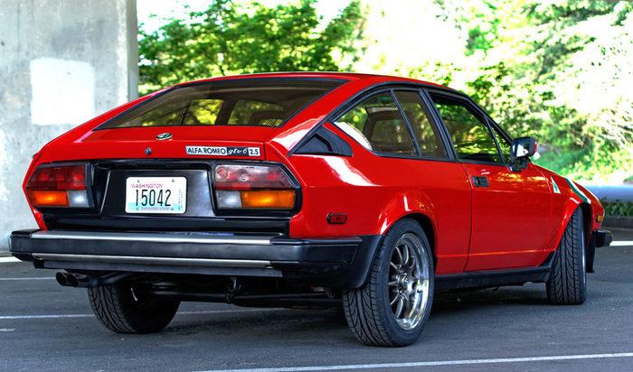 Молодожены вдвоём восстановили Alfa Romeo GTV6 на паркинге многоквартирного дома Авто, Alfa romeo, Ретроавтомобиль, Олдтаймер, Машина, Реставрация авто, Длиннопост