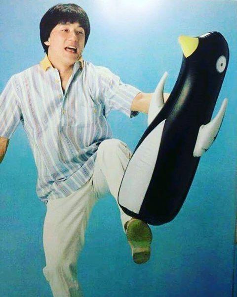 Редкое фото: Джеки Чан избивает пингвина
