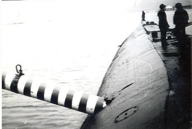 Хочу все знать #122. История одной фотографии: торпеда торчит в борту советской подлодки. 1989 год. Хочу все знать, Подводная лодка, Торпеда, Учения, Оружие, Фотография, Черно-Белое фото, Длиннопост