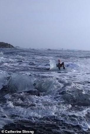 """Бабушку из Техаса на """"ледяном троне"""" унесло в море Исландии Исландия, Ледяной трон, Бабушка, Унесло в море, Daily Mail"""
