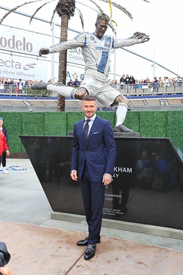 «Гэлакси» открыл памятник в честь Бекхэма Дэвид Бекхэм, Гэлэкси, Футбол, Длиннопост