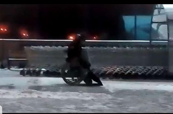 Омск. Омск, Инвалид, Молодец, Уборка снега, Гифка