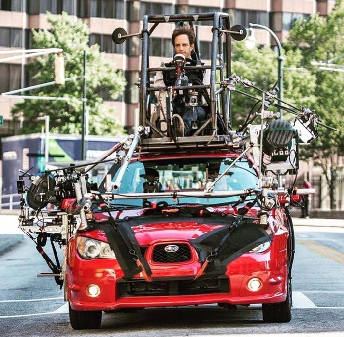 Когда актеры в машине играют, настоящий водитель находится на крыше. Baby Driver, 2017