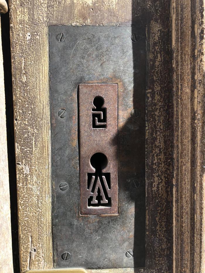 Замысловатые старые замочные скважины