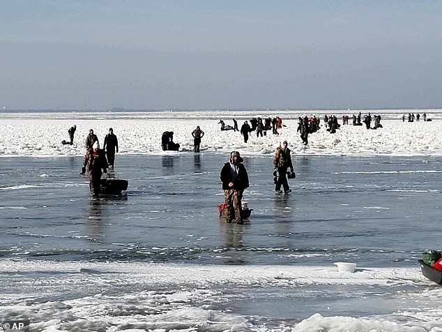 Каждый год одно и тоже Подледная рыбалка, Люди на льдинах, Зимняя рыбалка, Спасение, Великие озера, Daily Mail, Длиннопост