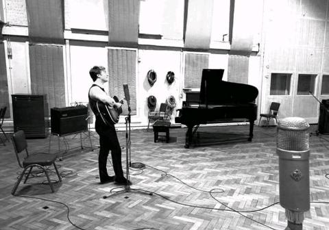 Джон Леннон в знаменитой студии Abbey Road
