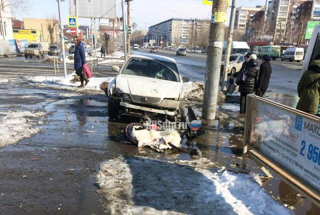 После ДТП автомобиль вылетел на тротуар и сбил женщину с ребенком ДТП, Челябинск, Поворот, Такси, Не проскочил, Пешеход, Тротуар, Видео, Длиннопост, Негатив