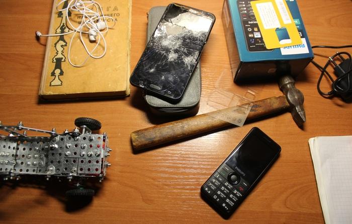 Сын разбил молотком свой смартфон Сын, Разбил, Смартфон