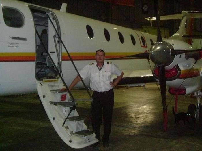 Поругавшийся с женой летчик протаранил дом на самолете Ботсвана, Летчик, Бытовые ссоры, Таран, Видео, Вертикальное видео, Фотография, Длиннопост, Негатив