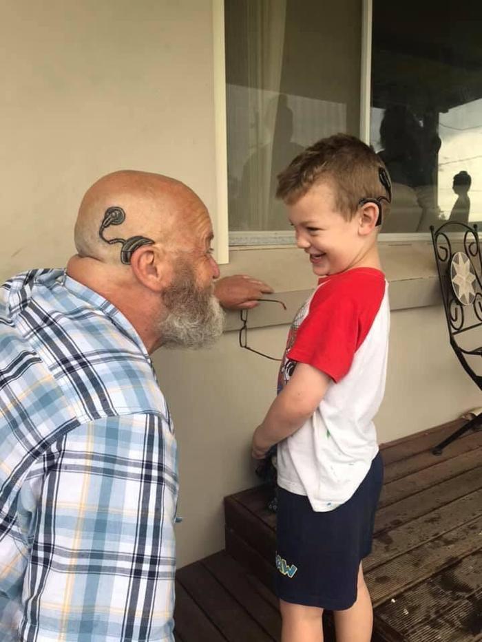 Дедушка сделал татуировку кохлеарного имплантата, чтобы стать как его внук Фотография, Дед, Внуки, Тату, Тугоухость, Слуховой аппарат