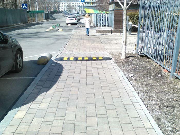 Нано-технологии в Москве, лежачие полицейские на тротуаре