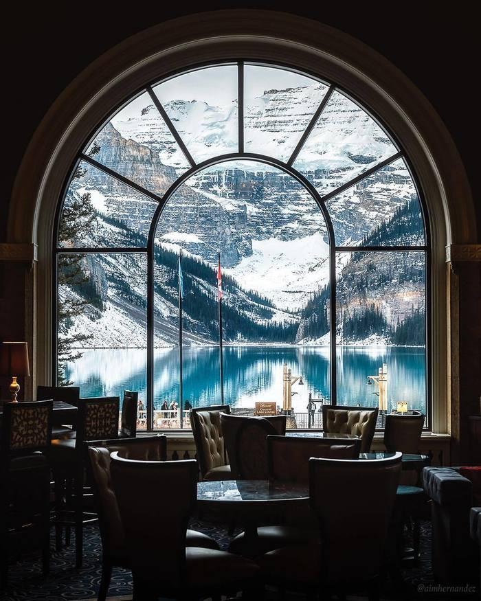 Столик с видом на озеро Озеро Луиза, Альберта, Канада, Ресторан, Вид, Озеро, Окно