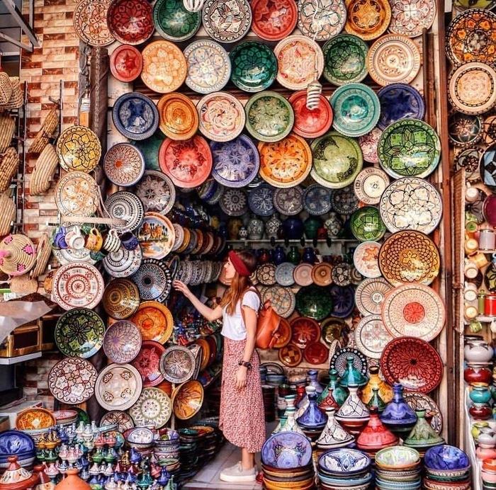Красочная лавка на базаре Марракеша.