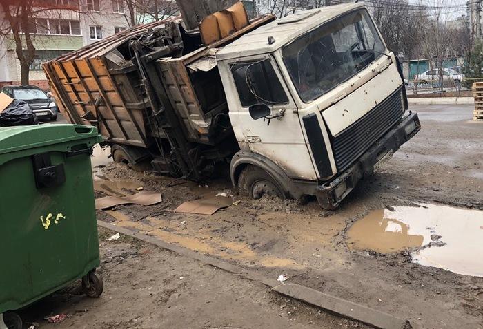 В Курске провалился мусоровоз