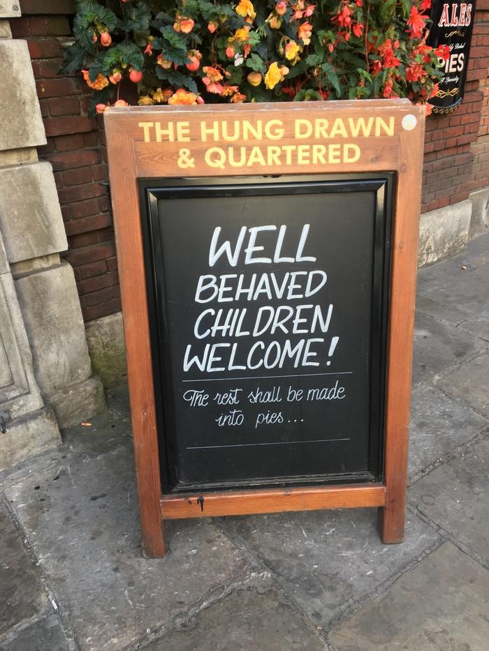 Доска у одного из лондонских пабов Дети, Лондон, Паб, Юмор, Маркетинг, Воспитание, Бар