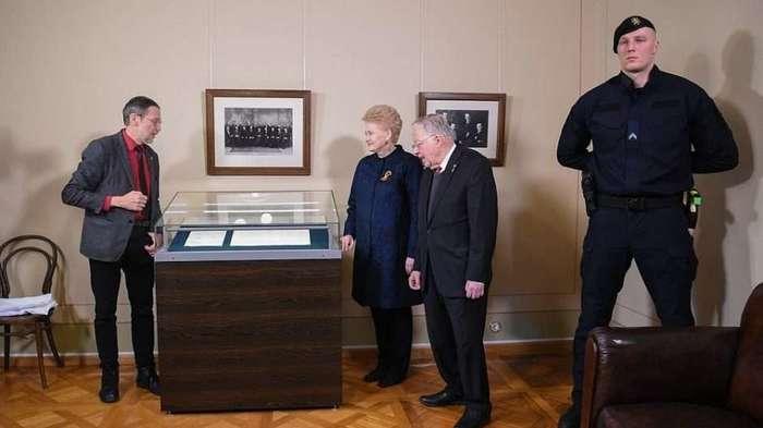 Президент Литвы и ее телохранитель Бронисловас разрушитель