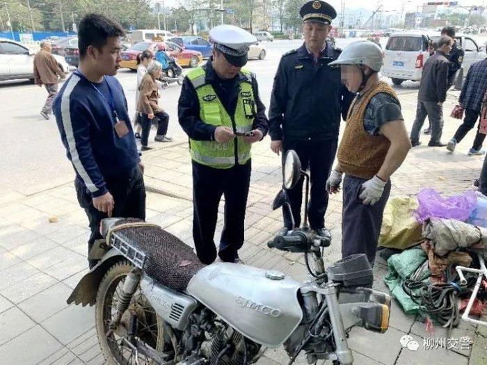 Китаец несколько лет ездил с водительскими правами, которые нарисовал на тетрадном листочке. Китай, Поддельные права, Мотоциклист, Длиннопост
