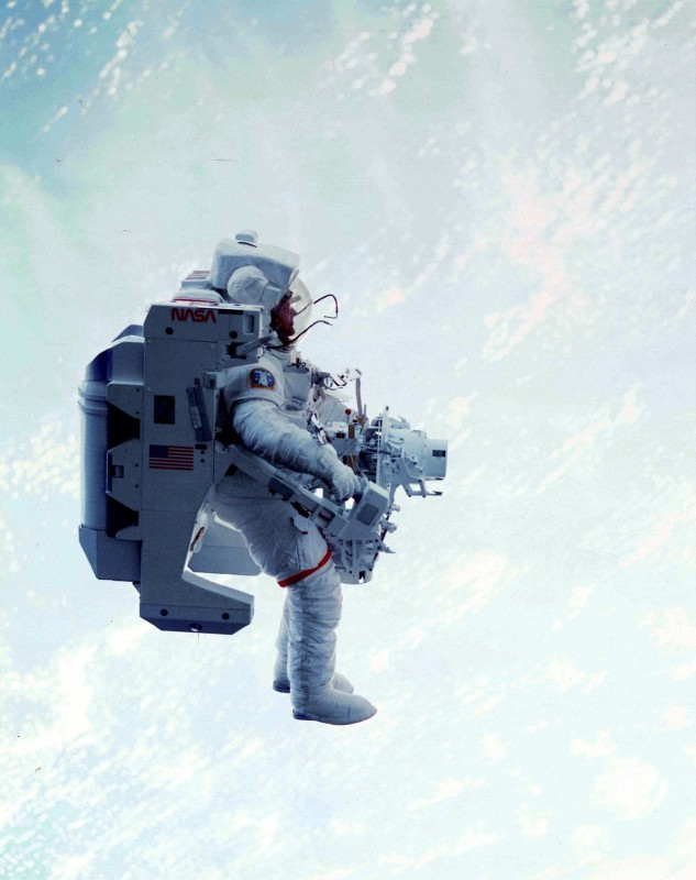 Брюс МакКэндлесс за бортом космического челнока Challenger, февраль 1984 года