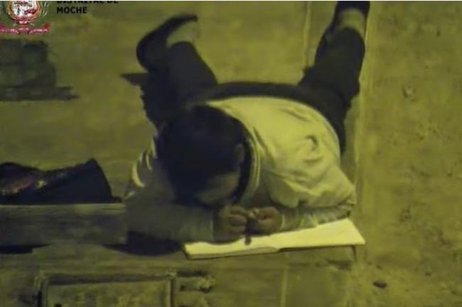 Хочу все знать #192. Перуанский школьник делал уроки под уличным фонарем, потому что его семья слишком бедная, чтобы платить за свет. Хочу все знать, Перу, Школьники, Домашнее задание, Фонарь, Упорство, Бедность, Видео, Длиннопост