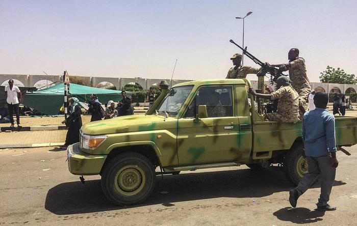 СМИ сообщают о возможном военном перевороте в Судане Общество, Политика, Судан, Государственный переворот, Хартума, ТАСС, Военные