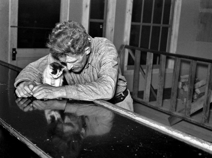 Дровосек проводит свой субботний вечер в баре, штат Миннесота, США, 1937 год. Пятничное, Грусть