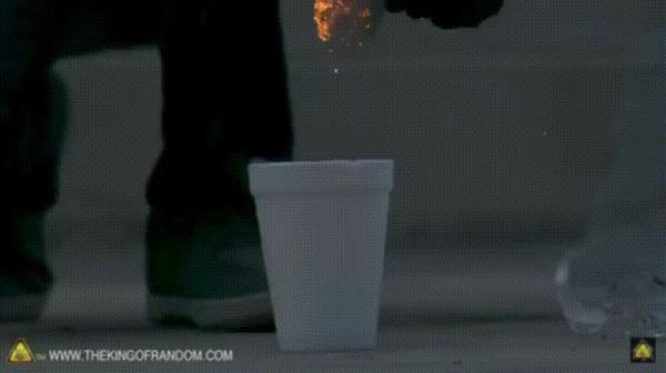 Горящая стальная вата в стакане с жидким кислородом