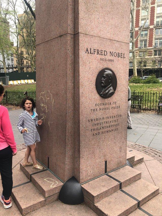 """""""ОНАЖЕРЕБЕНОК"""" у монумента Альфреду Нобелю в Национальном музее естествознания."""