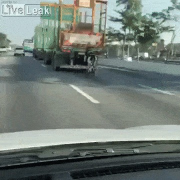 Воздушный карман за грузовиком позволяет велосипедисту переДохнуть