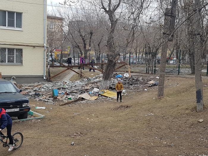 Ничего особенного, просто детская площадка в Челябинске.