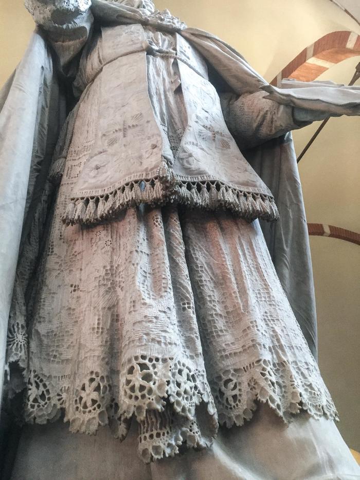 Потрясающая детализация на мраморной скульптуре в миланской церкви