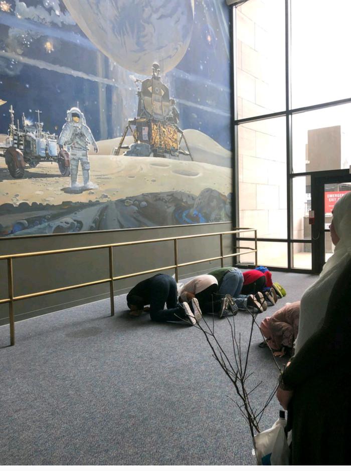 Группа мусульман на экскурсии в вашингтонском музее космоса и  аэронавтики. Музей, Молитва, Мусульмане, Длиннопост