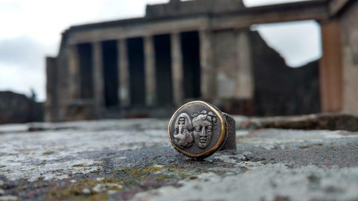Украшения из античных монет на живописном фоне Украшение, Античность, Монета, Длиннопост