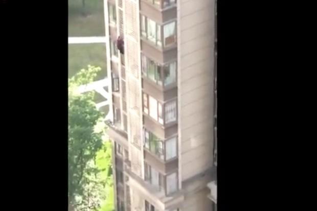 Хочу все знать #220. 84-летняя китайская бабуля убежала из дома через окно 14 этажа. Хочу все знать, Китай, Бабушка, Болезнь Альцгеймера, Беглец, Старики, Опасность, Вертикальное видео, Видео