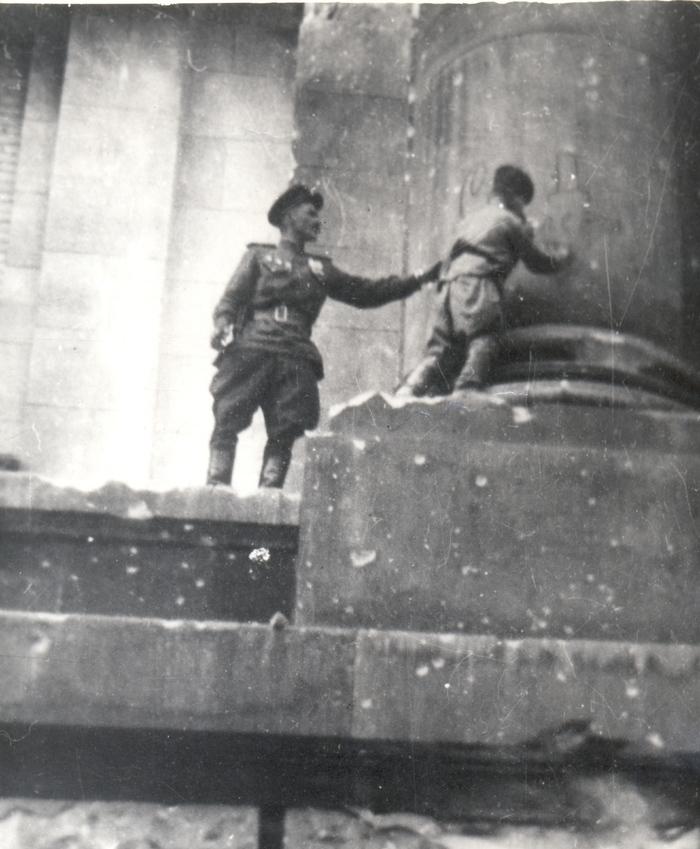 Сын полка расписался на Рейхстаге Сын полка, Великая Отечественная война, Вторая мировая война, 9 мая, Победа, Рейхстаг, Архив, Фотография, Длиннопост