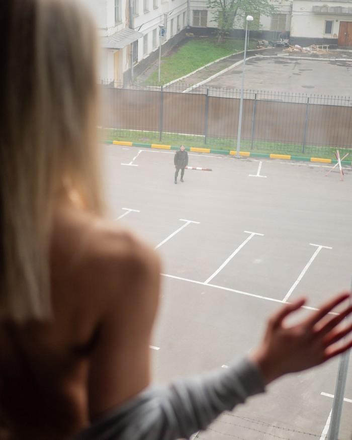 Удачно посмотрел в окно Ню-Арт, Красивая девушка, Военный наблюдатель, Окно, Вас заметили