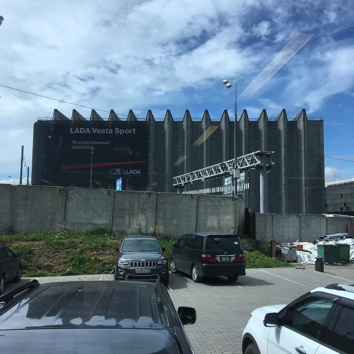 Кто нибудь знает что это за странное здание возле шоссе энтузиастов?