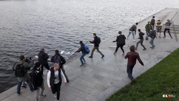 Протестующие в сквере прорвали оборону силовиков и скинули забор в Исеть Екатеринбург, Сквер, Храм, Негатив