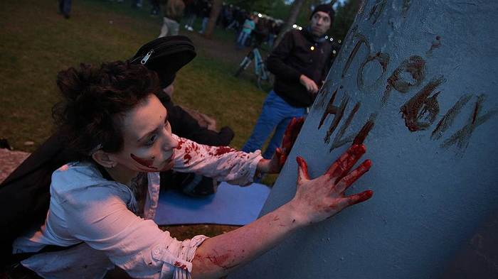 Двое подростков порезали себе руки и кровью писали на фонарном столбе «Мы защищаем деревья». Кровь, Протест, Екатеринбург, Негатив