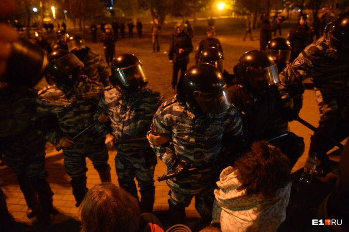 ОМОН выгоняет людей с площади перед сквером Екатеринбург, Храм, Сквер, Религия, Видео, Длиннопост, Негатив