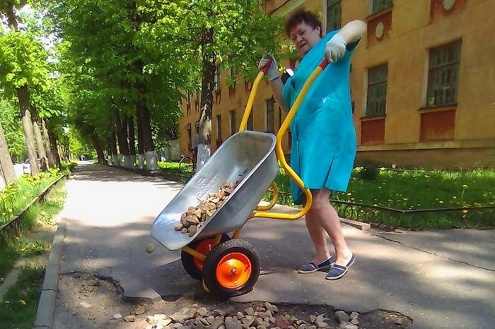 Жительница Твери сама ремонтирует тротуар возле своего дома Тверь, Ремонт дорог, Тротуар, Дорога, Яма, Длиннопост